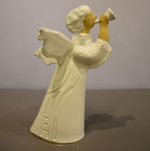 Angelas baltas su sparnais ir dūdele