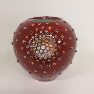 Vaza raudona maža su burbuliukais
