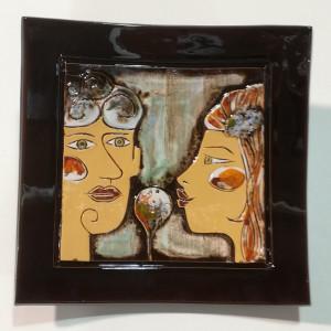Dekoratyvinė lėkštė vidutinė su dviem veidais ruda