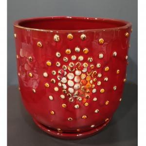 Apvalus vazonas su burbuliukais ir lėkšte labai didelis raudonas