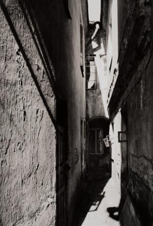 """Arūnas Baltėnas / """"Vilnius. Kiemas Savičiaus gatvėje"""" / 1989 / Autorinis sidabro bromido atspaudas / 29 x 20,7"""