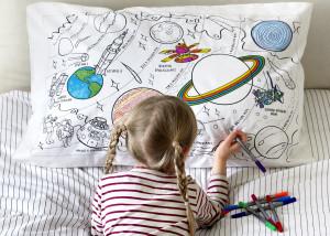 """Doodle pagalvės užvalkalas """"Visatos tyrinėtojai"""" 70 x 50 cm su spalvotais rašikliais"""