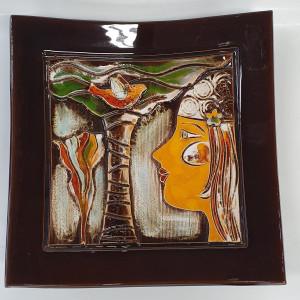Dekoratyvinė lekštė vidutinė su veidu ir medžiu ruda