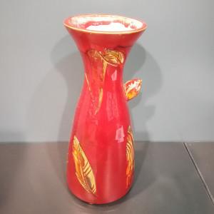 Vaza talija plati su lapais raudona