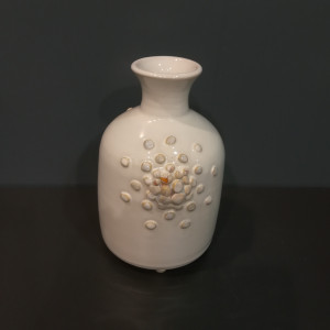 Vaza su siauru kaklu su burbuliukais maža balta