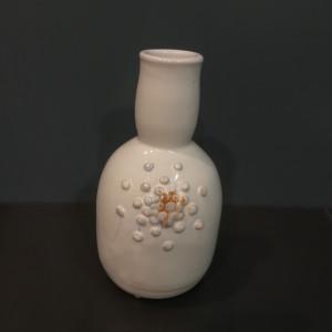Vaza su siauru prailgintu kaklu su burbuliukais maža balta