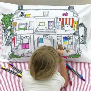 """Doodle pagalvės užvalkalas """"Lėlių namas"""" 75 x 50 cm su spalvotais rašikliais"""