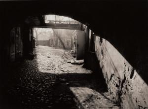 Arūnas Baltėnas / Vilnius. Kiemas Užupyje / 1987 / Autorinis sidabro bromido atspaudas / 29 x 20,7
