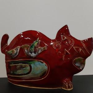 Katinas gulintis su paukščiu raudonas