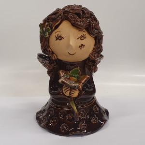 Angeliukas mergaitė su gėle rudas