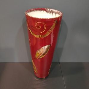 Vaza lygi su lapais didelė raudona