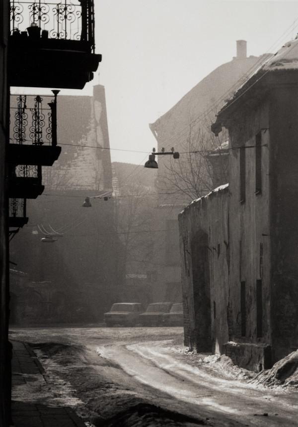 Arūnas Baltėnas / Vilnius. Pranciškonų gatvė žiemą / 1987 / Autorinis sidabro bromido atspaudas / 29 x 20,7