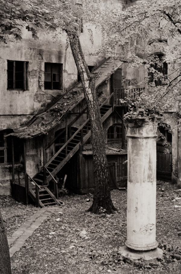 Arūnas Baltėnas / Vilnius. Marijos kiemelis / 1987 / Autorinis sidabro bromido atspaudas / 29 x 20,7