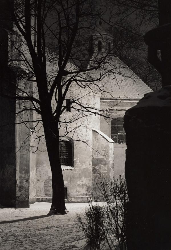 """Arūnas Baltėnas / """"Vilnius. Pranciškonų bažnyčios kiemelis"""" / / Autorinis sidabro bromido atspaudas / 29 x 20,7"""