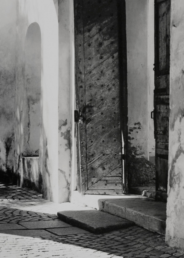 Arūnas Baltėnas / Vilnius. Šv Mykolo bažnyčios šventorius / 2003 / Autorinis sidabro bromido atspaudas / 29 x 20,7