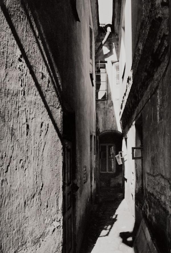Arūnas Baltėnas / Vilnius. Kiemas Savičiaus gatvėje / 1987 / Autorinis sidabro bromido atspaudas / 29 x 20,7