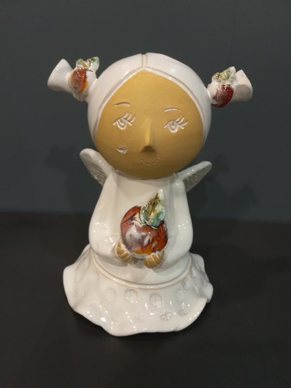 Angeliukas baltas mergaitė su kasytėmis ir obuoliuku