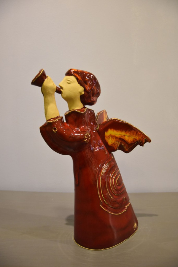 Angelas raudonas su sparnais ir dūdele
