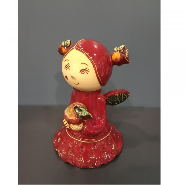 Angeliukas mergaitė su kasytėm ir obuoliuku raudona