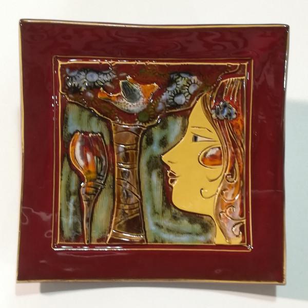 Dekoratyvinė lekštė vidutinė su veidu ir medžiu raudona
