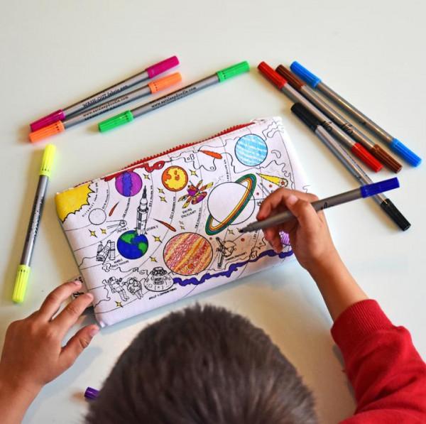 """Doodle penalas """"Visatos tyrinėtojai"""" 22 x 14 cm su spalvotais rašikliais"""